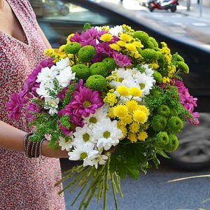 mixed-daisies-arrangement